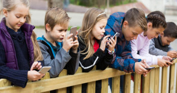 Children under 10 live on the web and social media