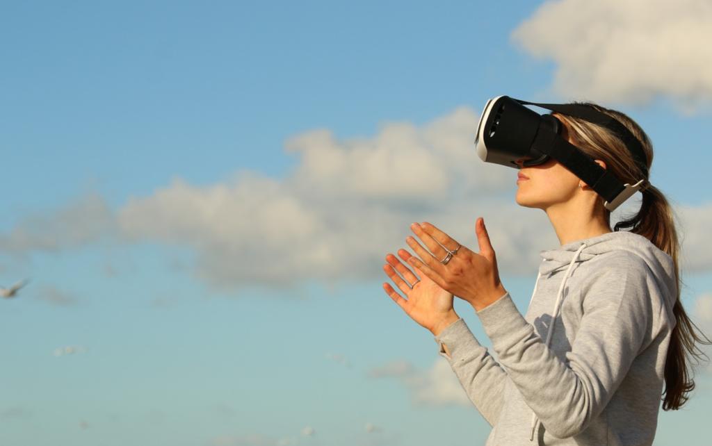 https://pixabay.com/photos/clouds-virtual-reality-game-ar-1845517/